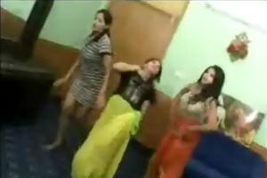 facebook - jeunes arabes dansent a poil dans une